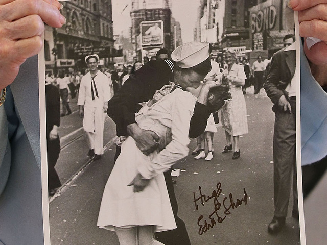 Woman in famous VJ Day 'Kiss' photo dies aged 92