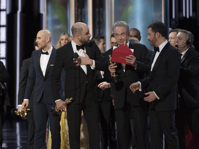 98466956 moreover Oscars 2017 After Awkward Mixup Moonlight Wins Bes further How Did Oscar Mix Up Happen Firm Explains Mistake That Led To Embarrassing Gaffe as well 98544226 additionally Hail To The Chef 2014167. on oscar mixup la land