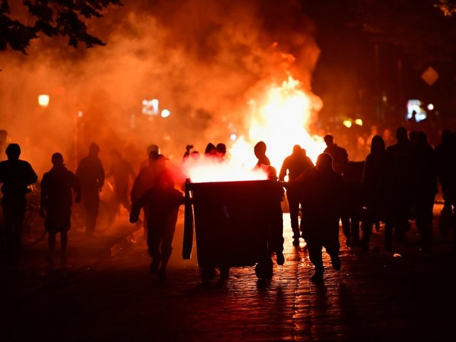 Employee of the month delivers pizza straight through the G20 Hamburg riots