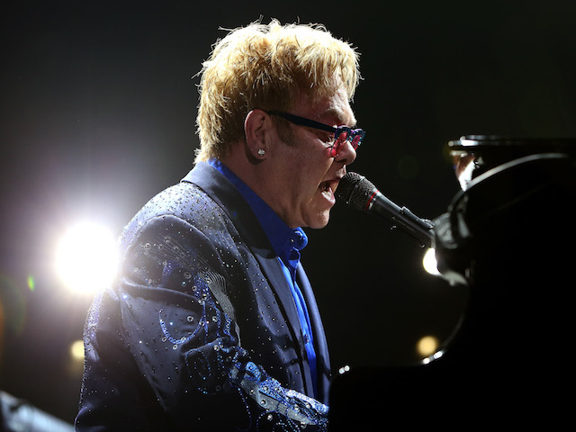 Elton John screams at fans and storms off stage